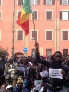 Prassi illegittime delle Questure: a Rimini e a Pisa per i rinnovi, a Roma e Milano per le