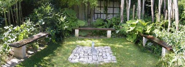 Banquettes autour de la fontaine du jardin zen