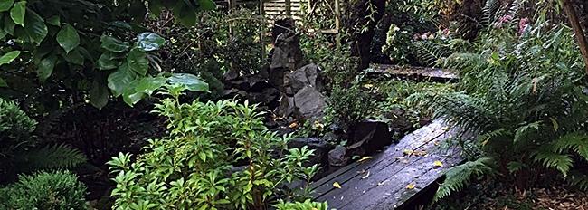 La passerelle du jardin zen qui longe la rivière sèche