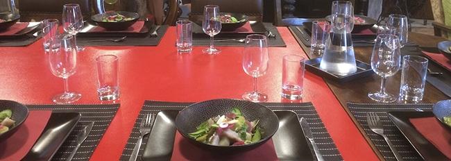 Table dressée avec assiettes et bols noirs