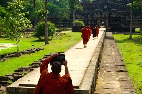 Cambodge, Angkor, moines au Baphuon