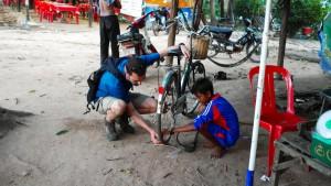 Cambodge, Angkor, vélo crevé  ©Oniralama