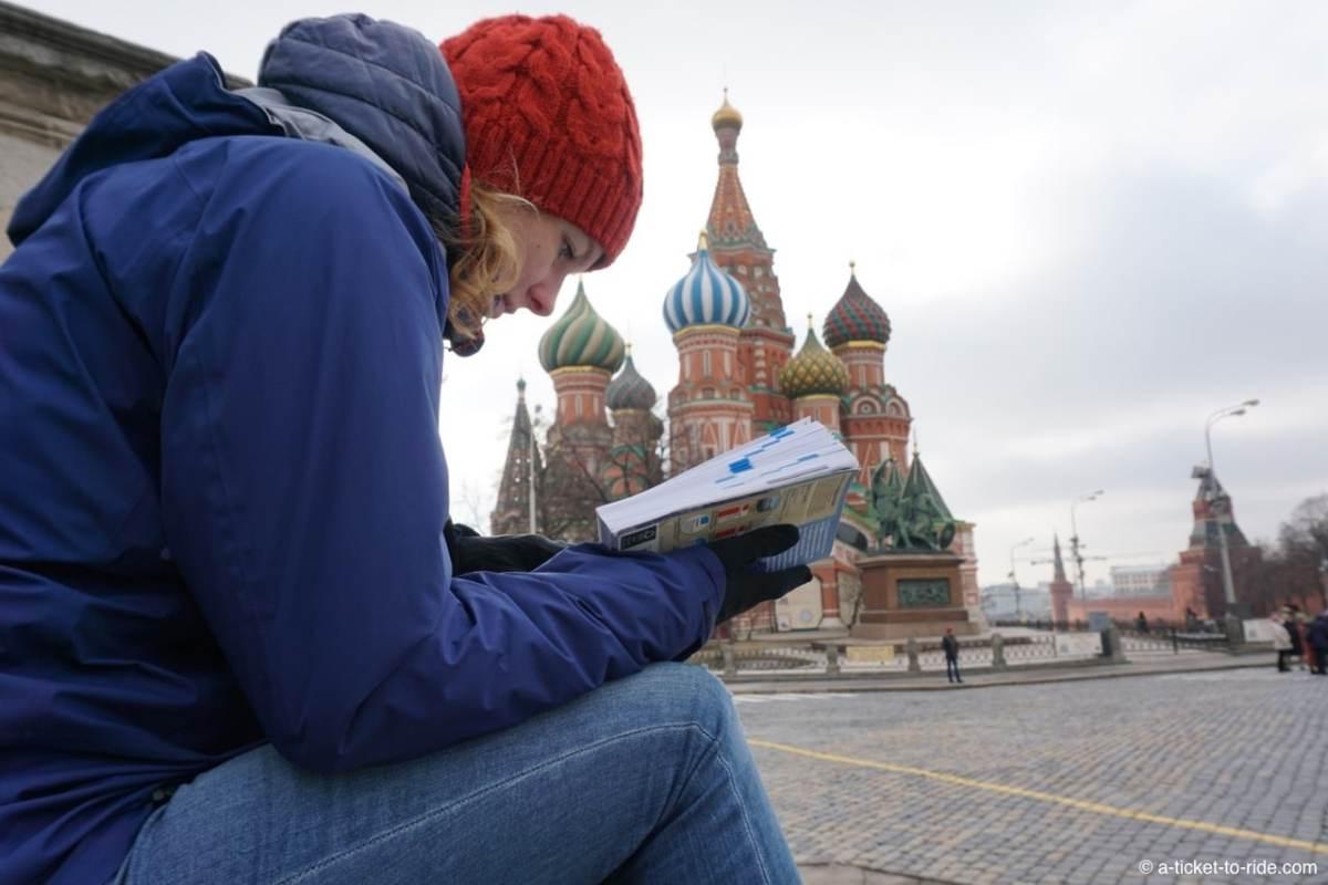 Russie, Moscou, Elodie devant Basile le Bienheureux
