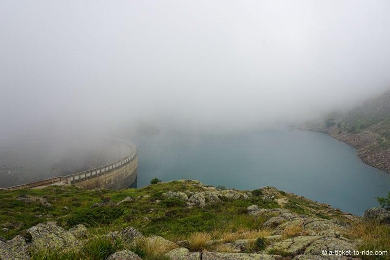 Lac des Gloriettes, barrage dans le brouillard