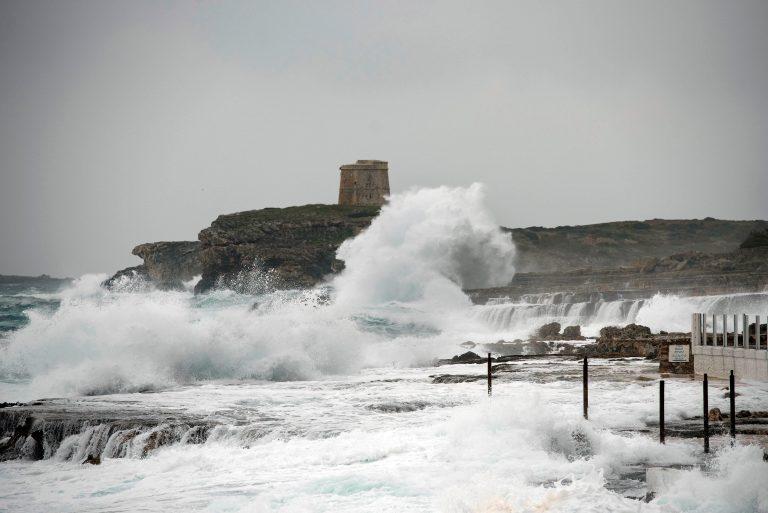 Fuerte oleaje junto al paseo marítimo en Sant Lluís (Menorca) este fin de semana. Menorca. EFE/David Arquimbau
