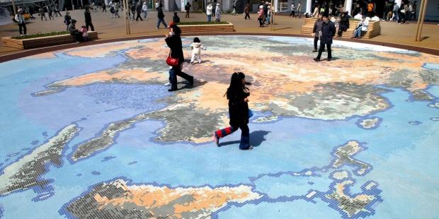 Niños sobre un mapa de la Tierra en la Exposición Universal de Aichi (Japón). EFE/Andy Rain/ARCHIVO