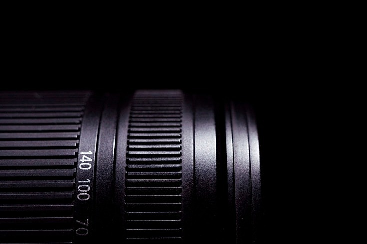 todoterreno-objetivo-lente-detalle-anillo-enfoque-grande-peso-734x489