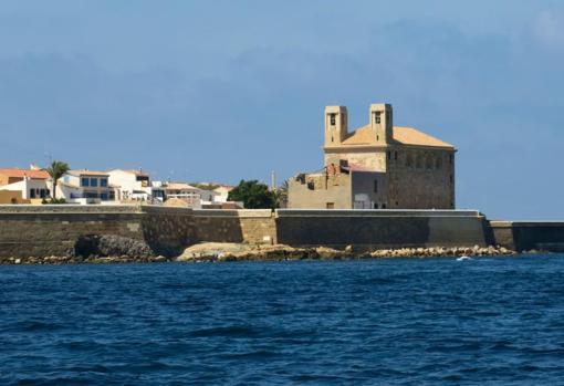 Zona amurallada de la isla, con las vistas más cercanas de Santa Pola y el continente - JUAN CARLOS SOLER