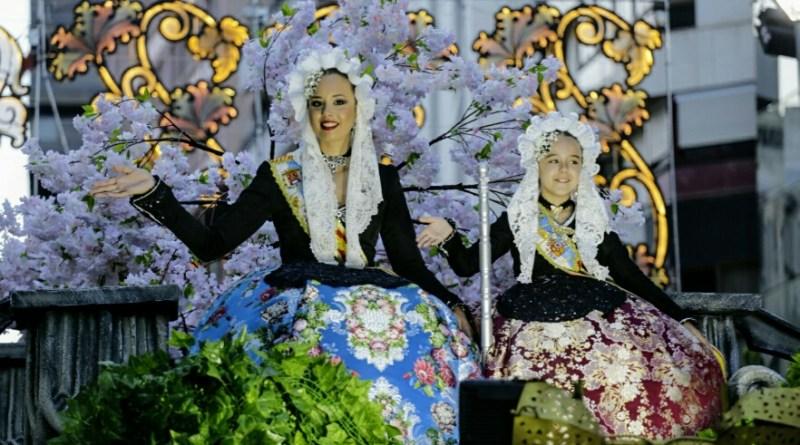 El alcalde y la vicealcaldesa de Alicante presencian el Desfile Folclórico Internacional