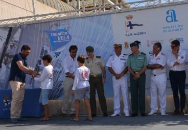 14 Jul El alclade entrega el galardón a 2 de los tripulantes del Evamarina2020 F 82