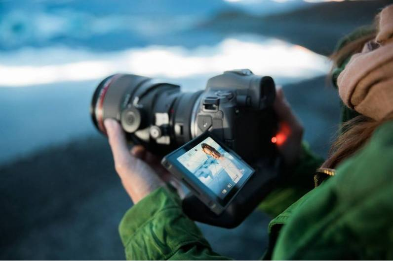 La embajadora rusa de Canon Katya Mukhina fotografió a una pareja en privado en Islandia con el sistema EOS R y su rápido y preciso enfoque automático. En esta toma, utiliza el adaptador de montura EF-EOS R con anillo de control de Canon con un objetivo de inclinación/desplazamiento. La EOS R de Canon incluye un visor electrónico (EVF) de 3,69 millones de píxeles.