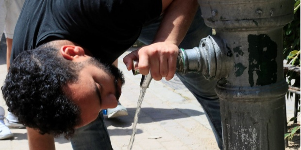 Un hombre se refresca en una fuente de Madrid. EFE/Fernando Alvarado