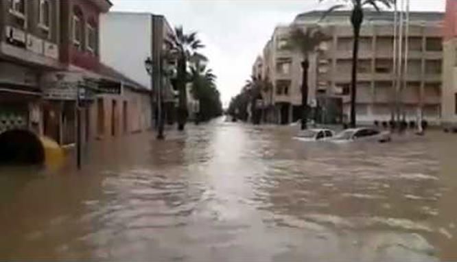 """Regresan a sus casas vecinos desalojados en Los Alcázares: """"Ya ha pasado lo peor"""""""
