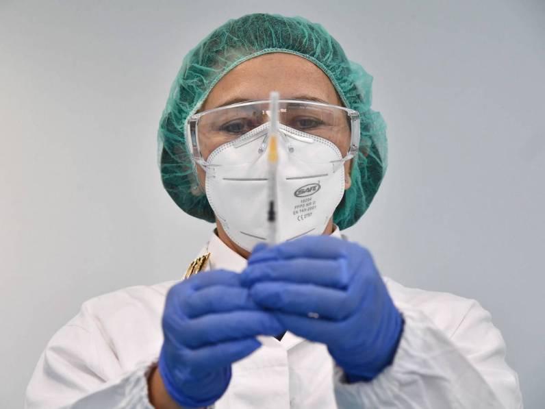 228-000-vacunas-de-astrazeneca-bajo-sospecha-en-espana-cual-es-el-riesgo-real