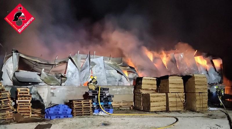 Incendio en una fábrica de palets de Torrellano