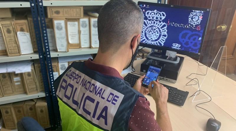 La Policía Nacional detiene en Benidorm a un varón acusado de un delito contra la intimidad de las personas al grabar con su teléfono móvil relaciones íntimas con una mujer.