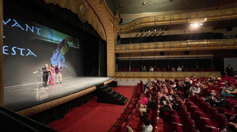 El Gran Teatro de Elche acoge la proyección de un emotivo documental que repasa cuatro décadas de historia de la fiesta de Moros y Cristianos