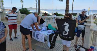 Voluntario firmando la Ilp para conseguir otorgarle al Mar Menor personalidad jurídica PEDRO MACANÁS