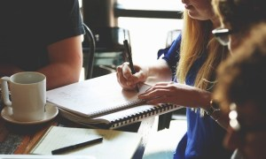 """No """"Imprensa Jovem"""", alunos aprendem a diferenciar notícias falsas de Jornalismo. Foto: Pexels.com"""