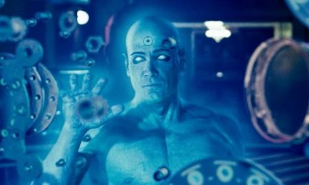 Dr. Manhattan: sempre enxergando à melhor luz possível. Imagem: Reprodução/Paramount Pictures
