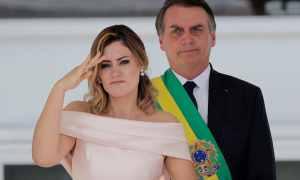 """A primeira-dama: legenda da AP informava """"continência"""" quando era Libras. Foto: Silvia Izquierdo/Associated Press"""