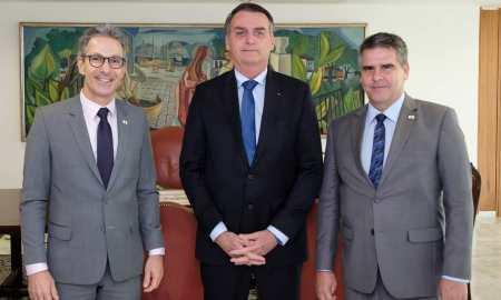Zema, com Bolsonaro e Paulo Brant: viagem em avião do Estado, evitada no réveillon, aconteceu agora. Foto: Reprodução/Facebook Romeu Zema