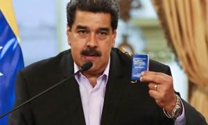 Nicolás Maduro com cópia da Constituição bolivariana: PIB da Venezuela caiu pela metade. Foto: Nicolás Maduro/Twitter