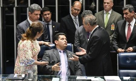 Davi Alcolumbre entre Kátia Abreu e Renan Calheiros: tumulto no Senado. Foto: Edilson Rodrigues/Agência Senado