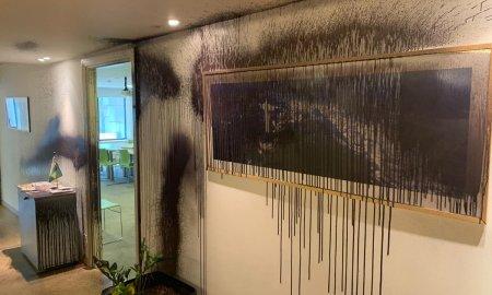 Embaixada na Grécia foi pichada por vândalos. Foto: Guilherme Casarões/Twitter