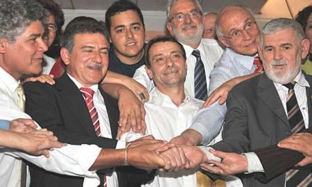 Chico Alencar, Ivan Valente, Eduardo Suplicy e outros com Battisti na Papuda, em 2009: amigos para sempre. Foto: José Cruz/Agência Brasil