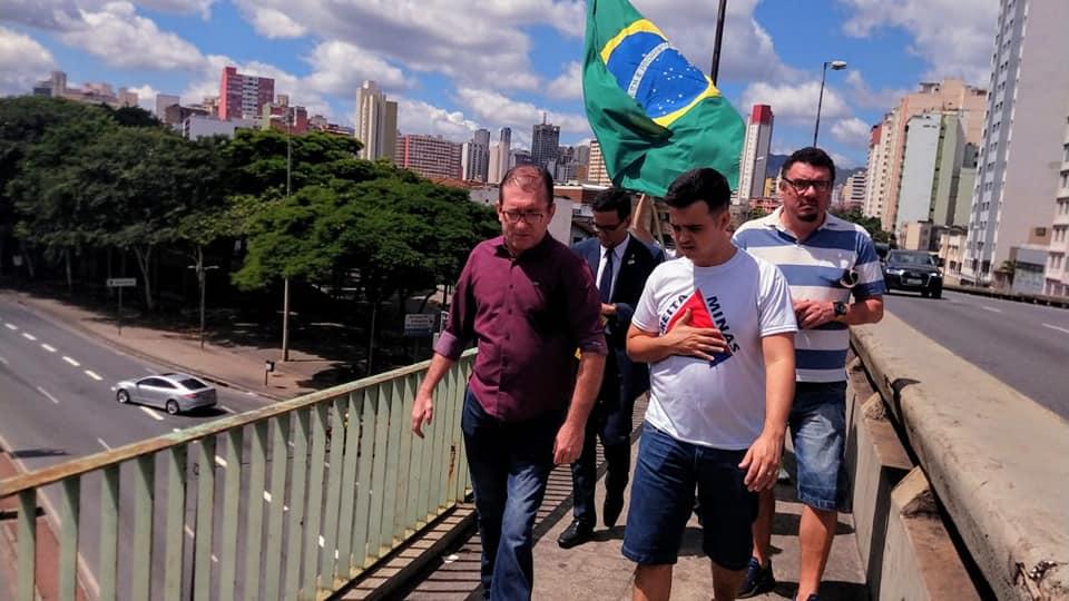 O vereador Cláudio Duarte (de camisa roxa) no Viaduto Dona Helena Greco, centro de BH: preso nesta terça (2). Foto: Facebook/Cláudio Duarte