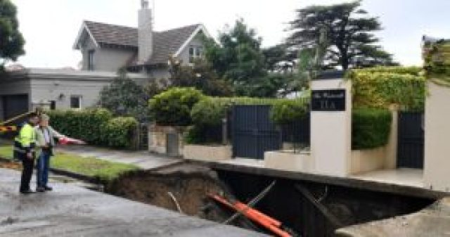one km long sinkhole outside the house of australian prime minister