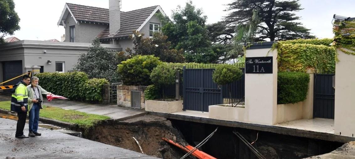 one km long sinkhole outside the house of australian prime minister