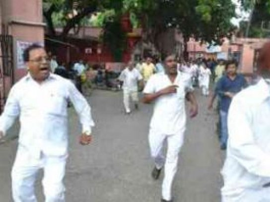 bjp leaders who came for hospital inspection were beaten by hospital staff
