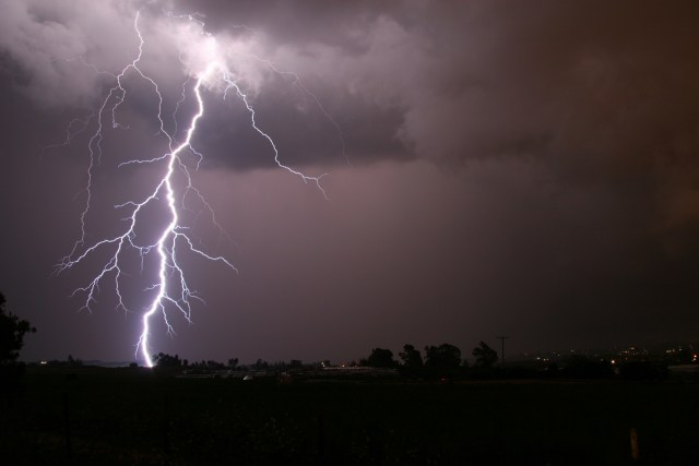 person died while taking pics of lightning बिजली