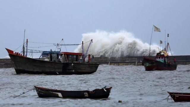 cyclone तूफान vayu will not pass from gujarat sea shore