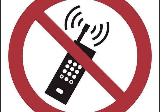 (vietato tenere i telefoni accesi – no activated mobile phone)