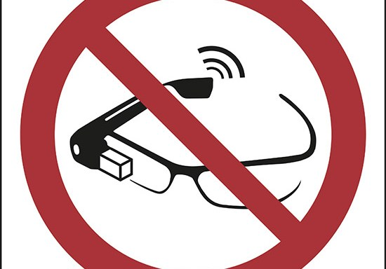 (proibito l'uso degli smart glass – use of smart glasses prohibited)