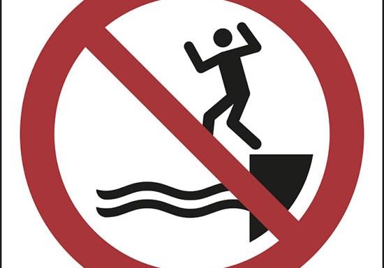 (non saltare in acqua – no jumping into water)