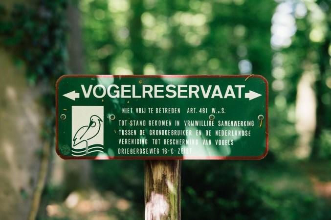 Naast het koetshuis ligt een vogelreservaat