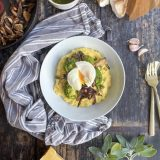 Cheesy polenta met herfstgroenten, saliedressing en gepocheerd ei