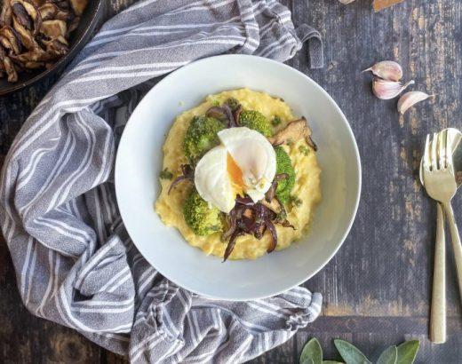 Cheesy polenta met herfstgroenten saliedressing en gepocheerd ei