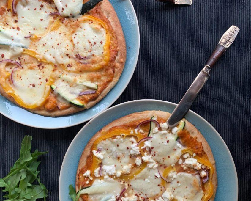 Pizza gegrilde paprikasaus met feta