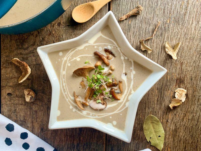 Romige champignonsoep van huisgemaakte paddenstoelenbouillon