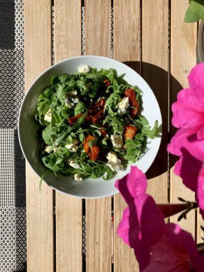 Snelle rucola salade met blauwe kaas