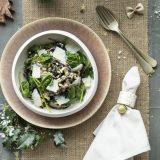 Zwarte pasta met witte truffelsaus en paddenstoelen