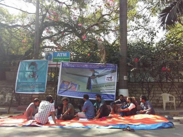 Students on a dharna in front of the FTII gate, in Pune.