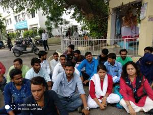 Lucknow University : Students met proctor and vice-chancellor, received unsubstantial answers; Students start Hunger Strike