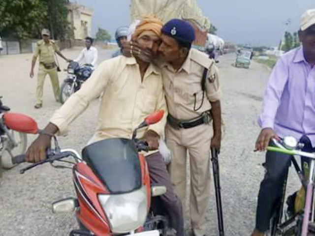 मुंह सुंघती पुलिस