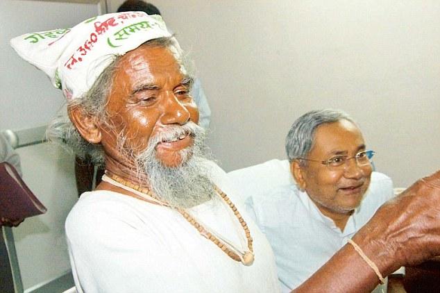 Dashrath Manjhi with Bihar Chief Minister Nitish Kumar in Patna. Photo by - Sonu Kishan.